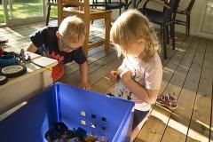 Elis och Klara leker i huset i Djupvik