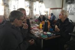 Ofrivillig lunch under däck på båten till Blå jungfrun. En regnskur gjorde att vi fick åka tillbaka till Byxelkrok istället för att gå iland på ön...