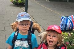 Elis och Klara spända inför avresan vid Lunds centralstation