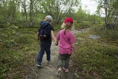 Elis och Klara på Njakajaure naturstig