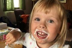 Klara äter glassbåt med hela ansiktet