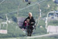 Klara och Anette på väg upp på Njulla i linbanan - Klara tyckte det var jättekul!