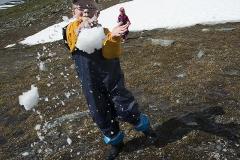 Elis kastar snöboll på pappa mitt i sommaren!