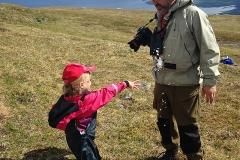 Klara kastar snöboll på pappa mitt i sommaren!