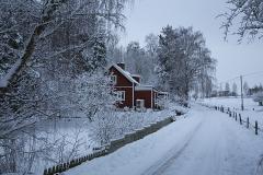 Huset-från-öster-från-vägen-i-snö